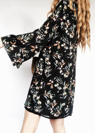 Роскошное черное цветочное платье с широкими рукавами от mango