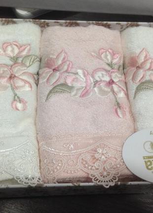 Набор подарочных бамбуковых полотенец с вышивкой и кружевом
