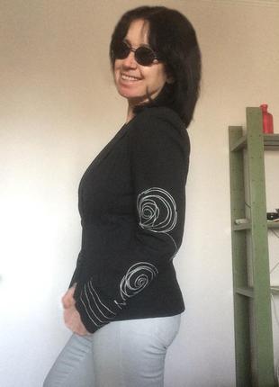 Черный укороченный приталенный пиджак с ассиметричной вышивкой vero moda