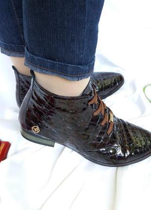 Лаковые кожаные деми ботинки на шнурках