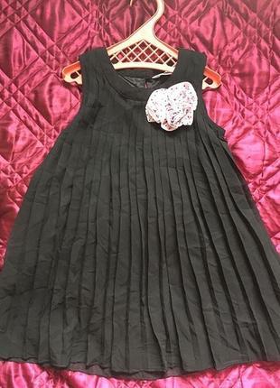 Черное платье плиссе с цветком индия