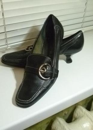 Шикарные фирменные туфли-лоферы натуральные кожаные на интересных каблучках