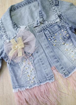 Супер стильный и модный костюм: платье без рукавов, мягкая джинсовая курточка в камушки
