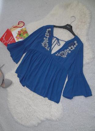Блузочка с расклешенными рукавами и вышитым рисунком