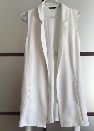 Белая безрукавка