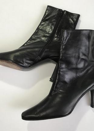 Кожаные черные ботильоны носки полусапожки от stuart weitzman размер 38.