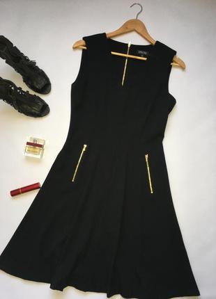 Стильное чёрное платье миди с золотистыми молниями