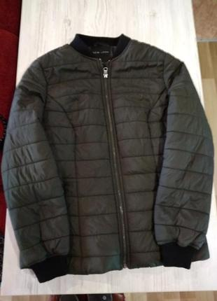 Супер куртка бомбер весенняя ,на молнии карманы на замках .без дефектов.