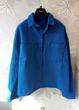 Яркая синяя джинсовая куртка рубашка на кнопках с карманами topshop