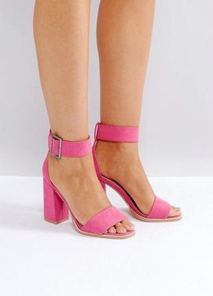 Яркие босоножки на широком каблуке
