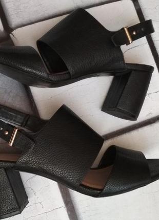 Стильные и удобные босоножки на толстом каблуке