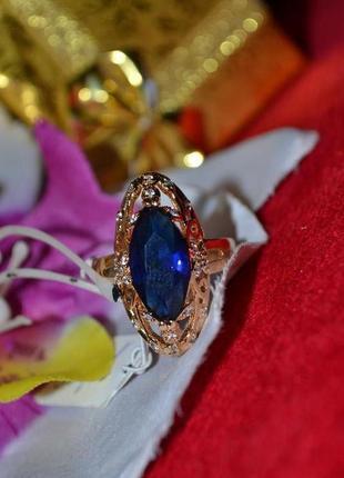 Ювелирное кольцо с синим камнем