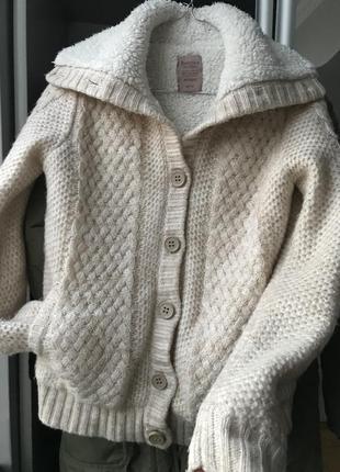 Теплий светер з ґудзиками