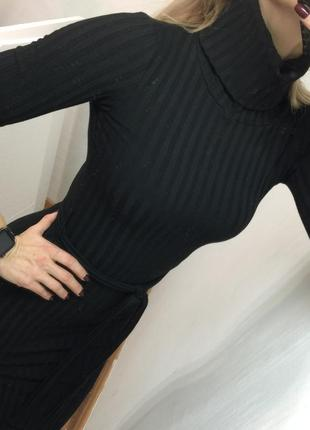 Чёрное платье в рубчик