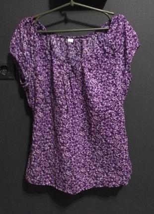 Легкая блузка с цветочным фиолетовым принтом