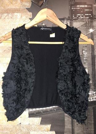Нарядная черная брендовая жилетка в цветы
