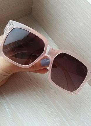 Солнцезащитные очки  с черными линзами и розовой оправой