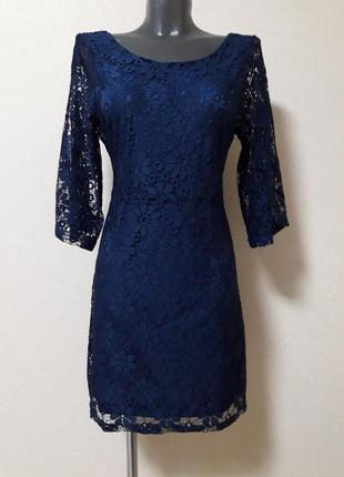 Эффектное торжественное двухслойное ажурное платье с v-образным вырезом на спине