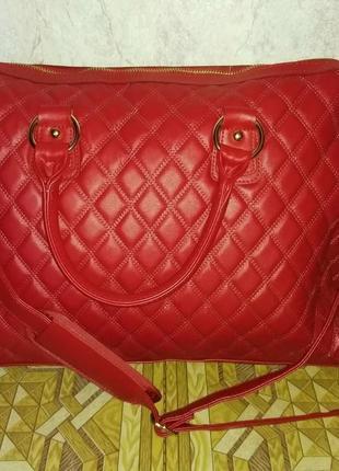 Новая красная сумка для ноутбука или документов