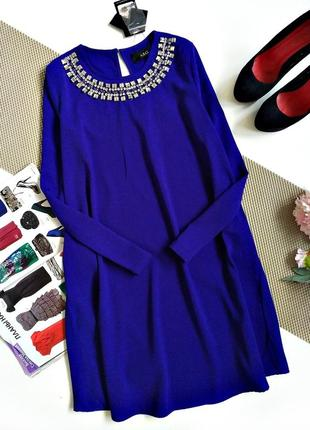 Шикарное яркое платье, цвета электрик, с украшением на горловине