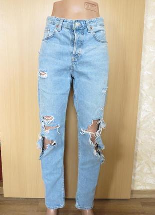 Актуальные рваные голубые джинсы  бойфренды