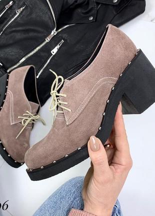 Стильные туфли из натуральной замши на низком каблуке