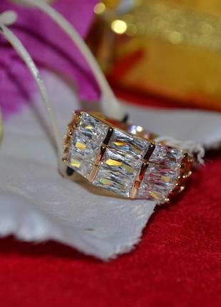 Ювелирное кольцо с белыми камнями