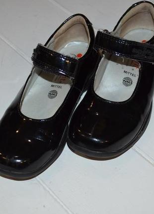 Кожаные лаковые туфли  для девочки 27р