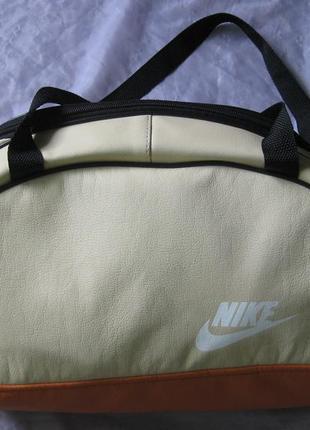 Яркая спортивная сумка, вместительная, не громоздкая, мягкая, легко моется