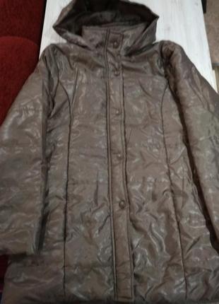Стильная куртка ветровка, скоро весна,на кнопках с  капюшоном, карманами.