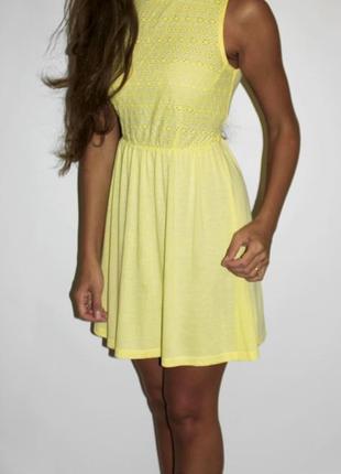 Желтенькое платье с прошвой на груди -- красивое !