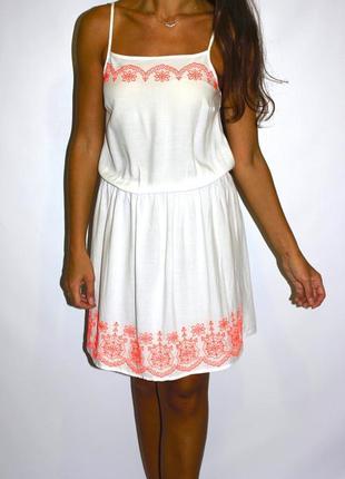 Белое платье с неоновой вышивкой  -в жизни ярче !