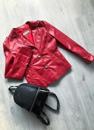 Кожанка . весенняя курточка . ветровка . красная куртка