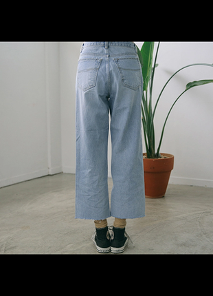 Mom jeans в винтажном стиле с бахромой снизу . джинсы на талию 100% котон
