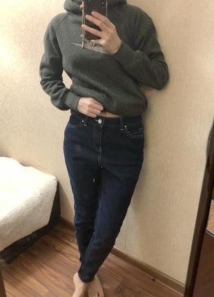 Крутые темно-синие джинсы бойфренд с необычным боковым швом