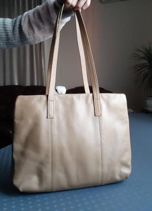 Кожаная большая вместительная светло коричневая сумка фирмы essential