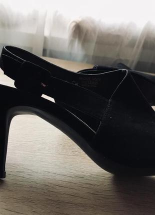 Актуальные босоножки под замш на удобном каблуке6 фото