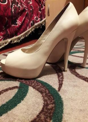 Туфли на високому каблуку з відкритим носком