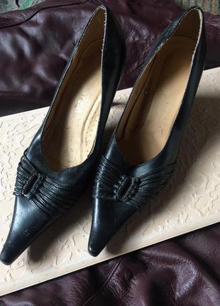 Черные туфли с острым носиком 39 размер\кожа