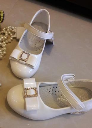 Красивые белые лаковые туфельки для девочки