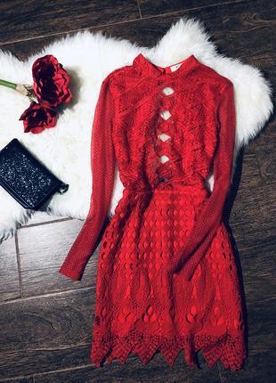 Шикарное кружевное платье с открытой спинкой