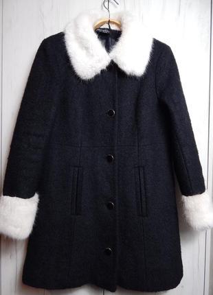 Весеннее шерстяное пальто с меховым воротником и манжетами