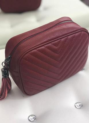 Кожаная сумочка-кроссбоди с кисточкой.