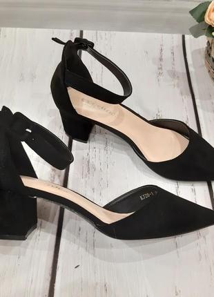 Женские черные туфли лодочки с ремешком на удобном каблуке