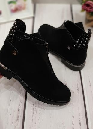 Женские демисезонные черные ботинки с заклепками