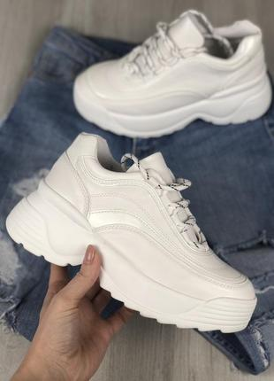 Женские белые кроссовки