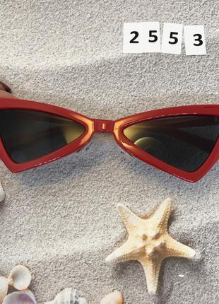 Чёрные солнцезащитные очки в красной оправе, 2553