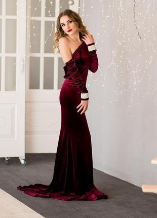 Шикарное праздничное бархатное платье со шлейфом