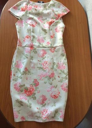 Нежное платье по фигуре в цветы