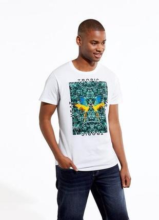 Белая футболка с флористическим принтом